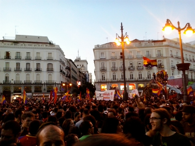 These pictures are from Puerta del Sol on abdication day. They show a massive presentation by supporters of the Republic, who want to abolish the Spanish monarchy entirely.